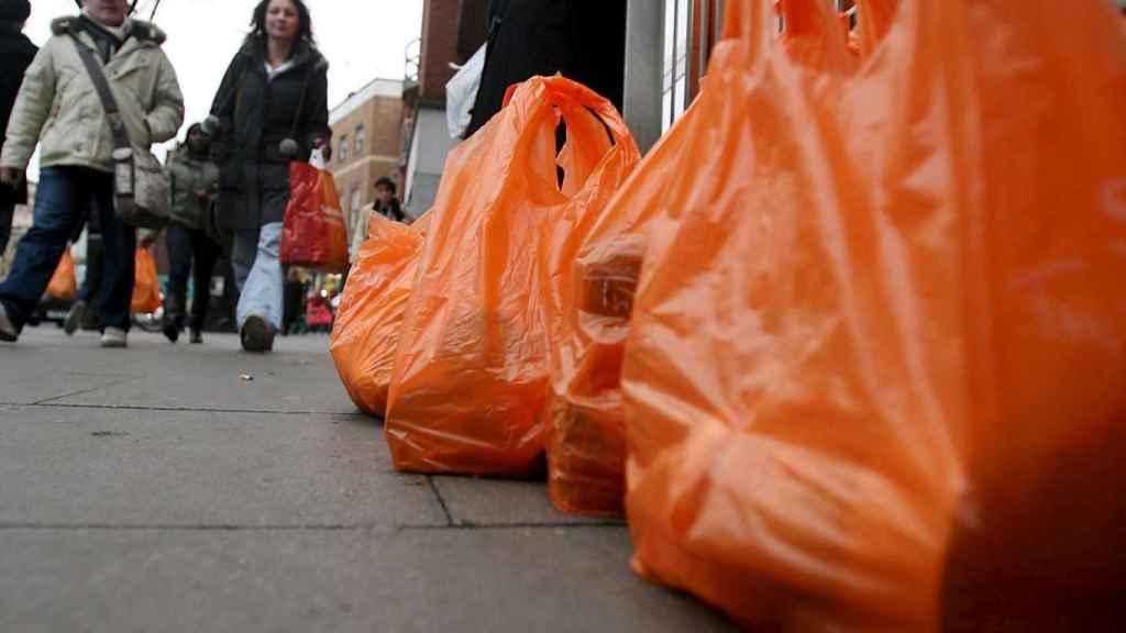 Varias bolsas en la calle, en una imagen de archivo.