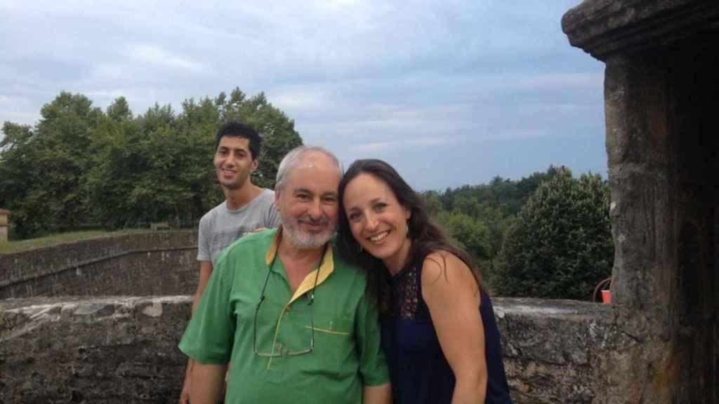 Padre, hija y el marido de ella, detrás, en agosto de 2015 en Navarrenx.