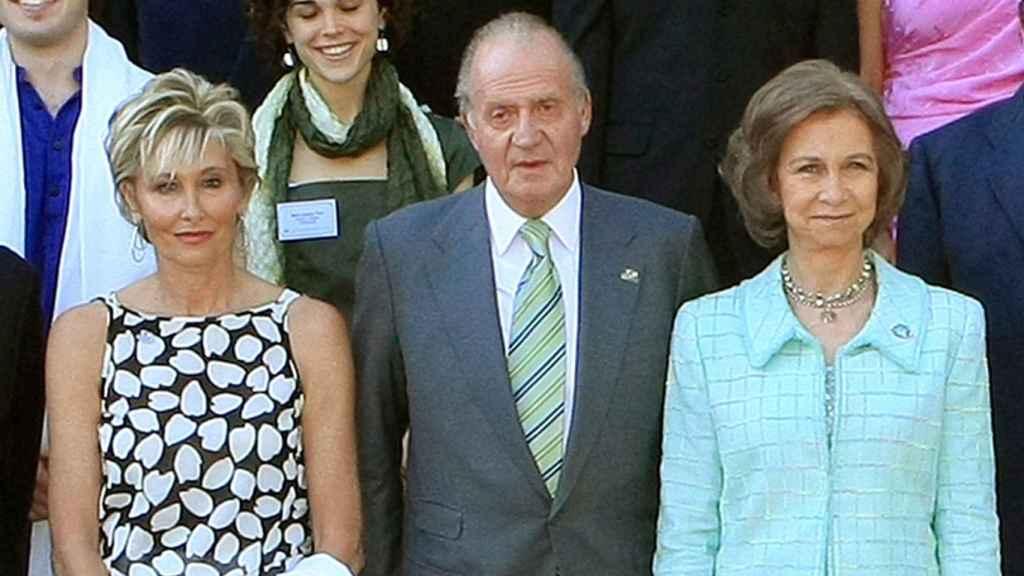 Sol Bacharach, el rey Juan Carlos I y la reina Sofía en un acto institucional.