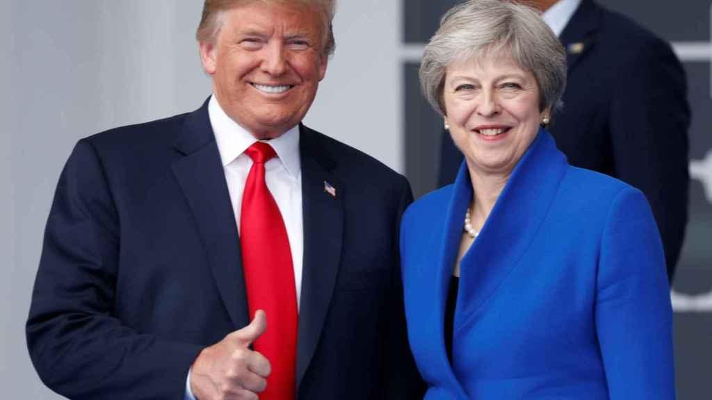 Los mandatarios Donald Trump y Theresa May en reuniones de la OTAN.