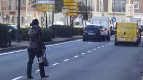 Una mujer cruzando por el medio de la calle.