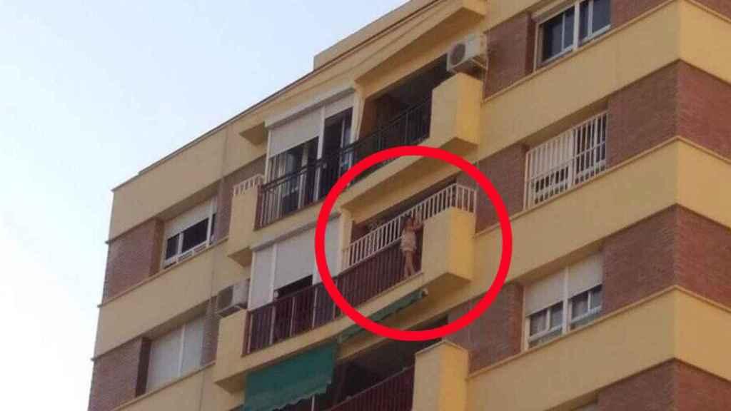 Rescatan a una niña de 5 años colgada del balcón de un octavo piso en Málaga