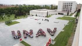 Alumnos recreando el logo de la Universidad de Navarra.