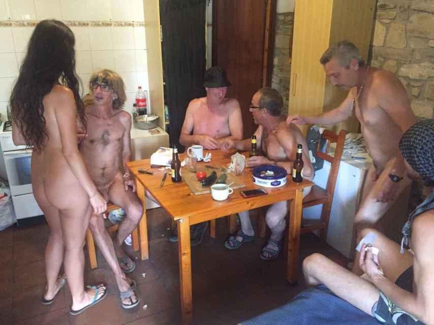 Los voluntarios suelen reunirse en el piso de uno de ellos para comer