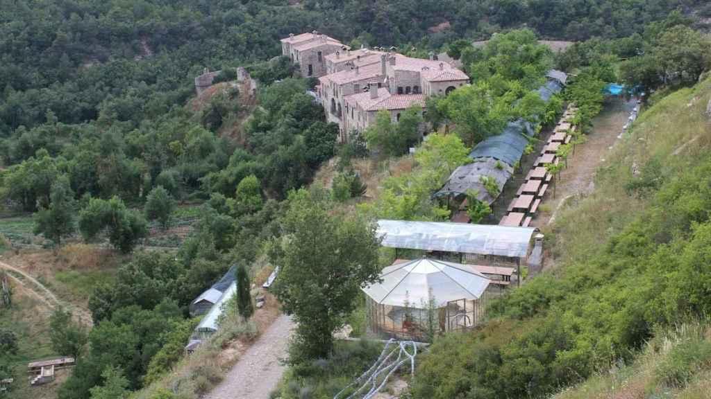 El Fonoll: En la parte superior se ven las viviendas. En el centro se ve el merendero y en la parte inferior de la foto la sauna natural. A la izquierda, huertos, piscina y animales