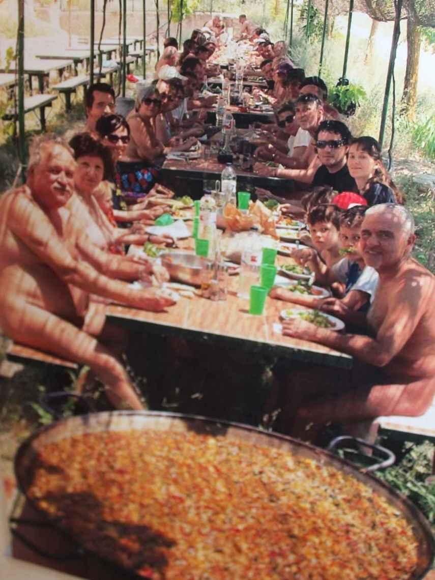 Las paellas naturistas congregan a más de un centenar de personas los fines de semana de verano