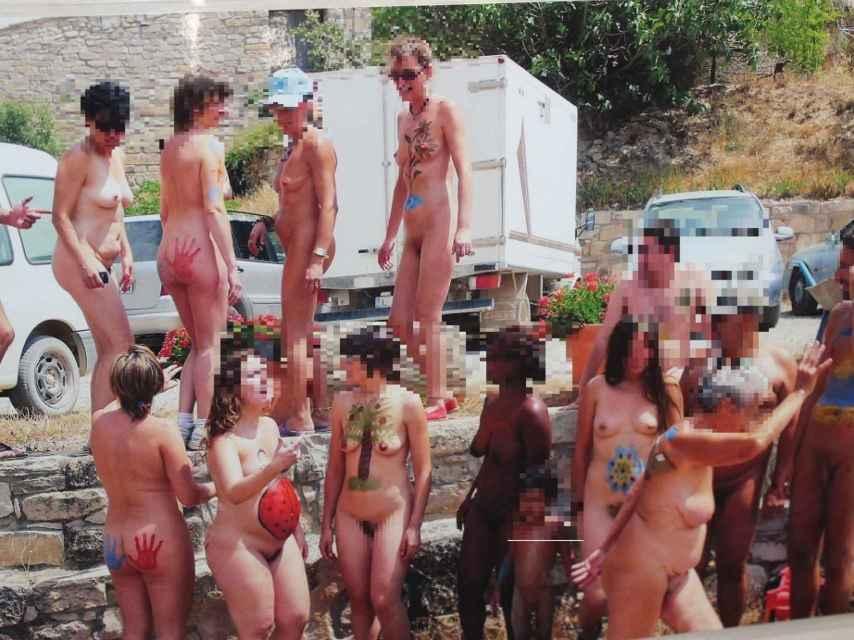 Habitantes y visitantes de El Fonoll, tras un taller de pintura corporal
