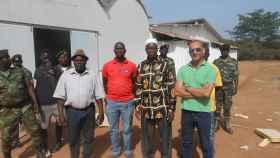 Cristóbal Sánchez (d) atiende una visita de autoridades de Guinea Bissau en la explotación agrícola de la empresa de la que es socio.