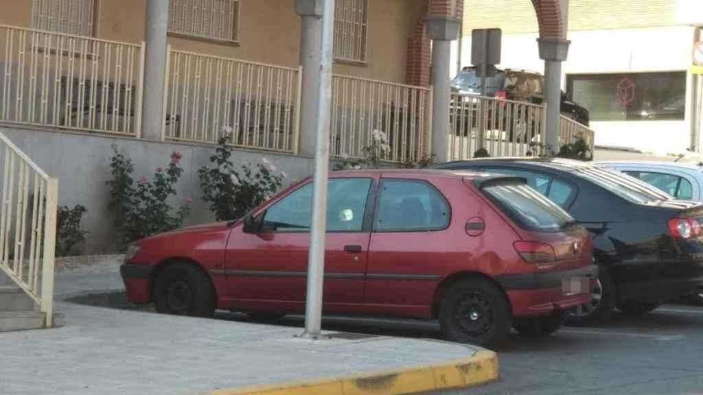 Vehículo aparcado perteneciente a Alberto, con el que EL ESPAÑOL contacta al visitar la localidad avulense en la que reside.