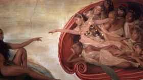Fotograma del videoclip de Ariana Grande, God is a woman, donde emula La creación de Adán de Miguel Ángel.