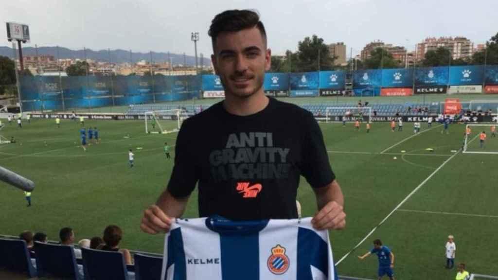 Campuzano con la camiseta del Español tras su fichaje. Foto: Twitter (@RCDEspanyolFF)