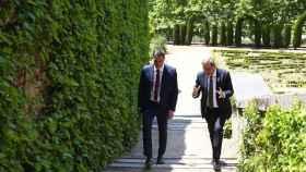 Pedro Sánchez y Torra pasean por los jardines de la Moncloa