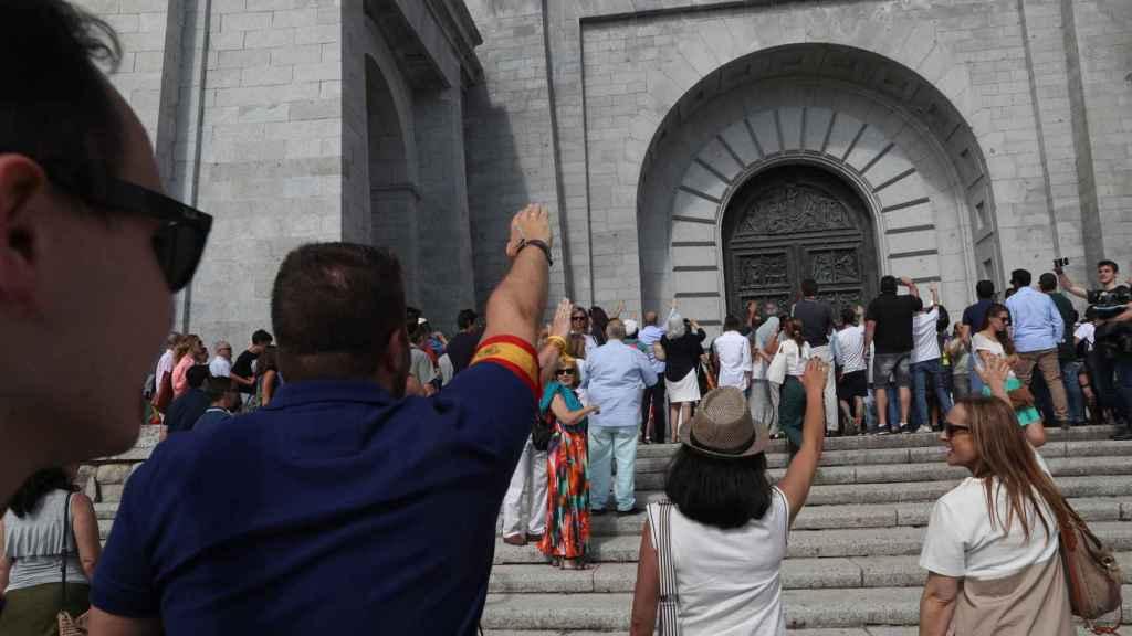 Franquistas alzan el brazo en la basílica del Valle de los Caídos