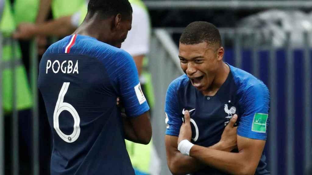 Pogba y Mbappé celebran el cuarto gol de Francia.