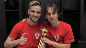 Modric y Rakitic posan con el Balón de Oro del Mundial. Foto: Twitter. (@ivanrakitic)