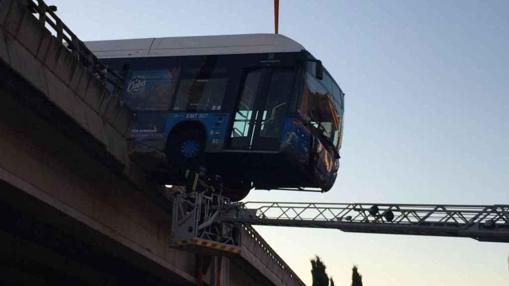 Un autobús lanzadera entre el Mad Cool y Nuevos Ministerios quedó colgado de un puente.