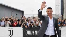 Cristiano Ronaldo a la salida del reconocimiento médico con la Juventus. Foto Twitter (@juventusfc)