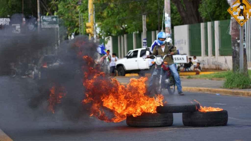 Los ciudadanos instalan barricadas para protegerse de los paramilitares.