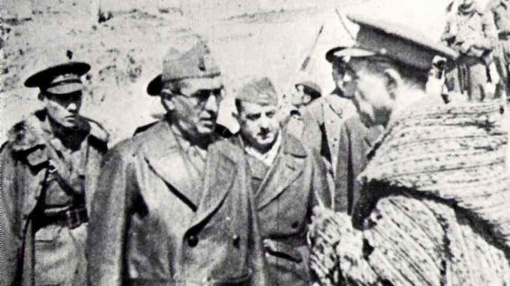 El coronel Adolfo Prada, con gafas de sol, frente al coronel franquista Eduardo Losas.
