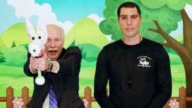 Sacha Baron Cohen en el vídeo que promociona las armas para niños.