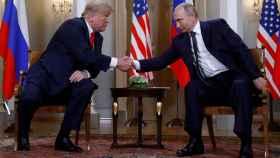 Trump estrecha la mano a Putin en la cumbre de Helsinki.