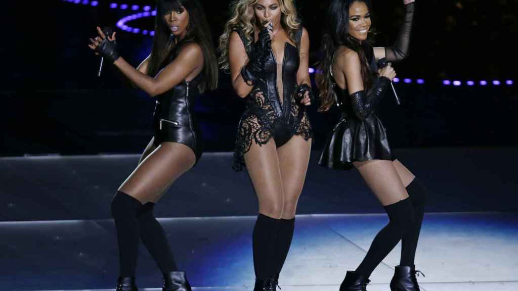 De izquieda a derecha: Kelly Rowland, Beyoncé Knowles y Michelle Williams en la Superbowl.