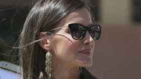 La reina Letizia con gafas de estreno de Carolina Herrera.