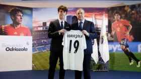 Álvaro Odriozola, junto a Florentino Pérez, con su nueva camiseta en el Real Madrid