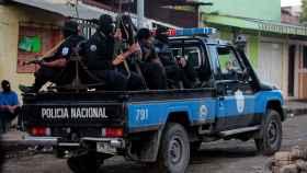 Miembros de las fuerzas especiales de Nicaragua patrullan las calles de Monimbó.