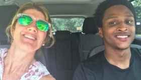 Jenny y Walter en el nuevo coche del chico.
