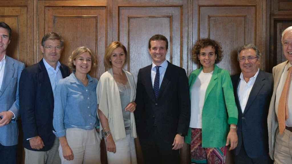 De izquierda a derecha: José Manuel Soria, Rafael Catalá, Isabel García Tejerina, María Dolores de Cospedal, Pablo Casado, Dolors Monserrat, Juan Ignacio Zoido y García Margallo.