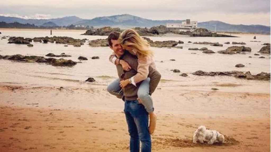Pablo y su mujer, en la playa.