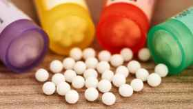 Unos botes con pastillas de azúcar que se venden como homeopatía.