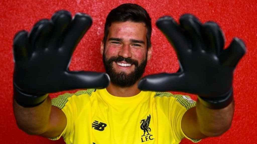 Alisson ya posa con la camiseta del Liverpool. Foto: Twitter (@LFC)