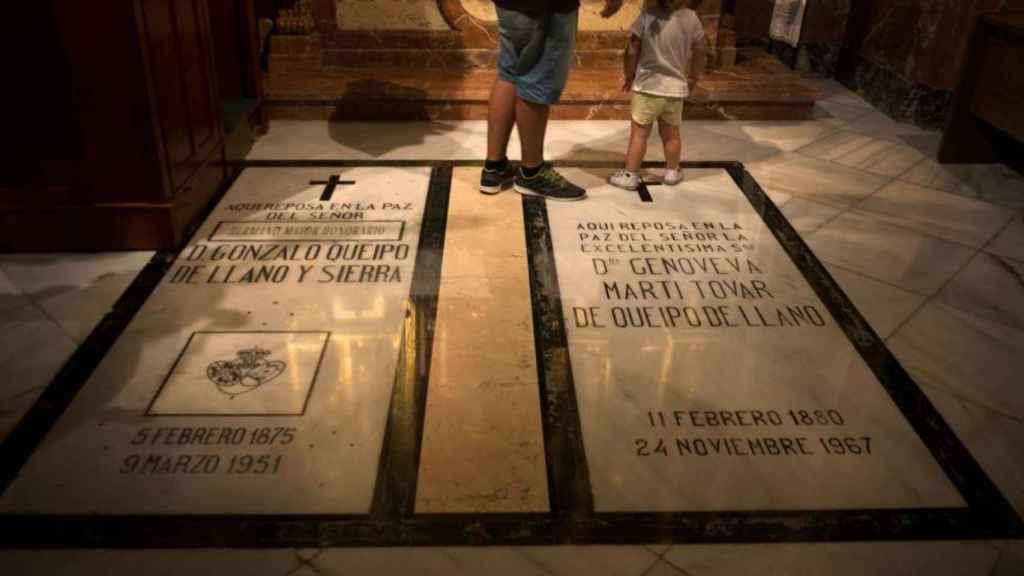 La tumba de Queipo de Llano, junto a la de su mujer, en La Macarena.