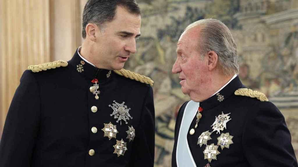 Felipe VI y Juan Carlos I, durante un acto en Zarzuela.