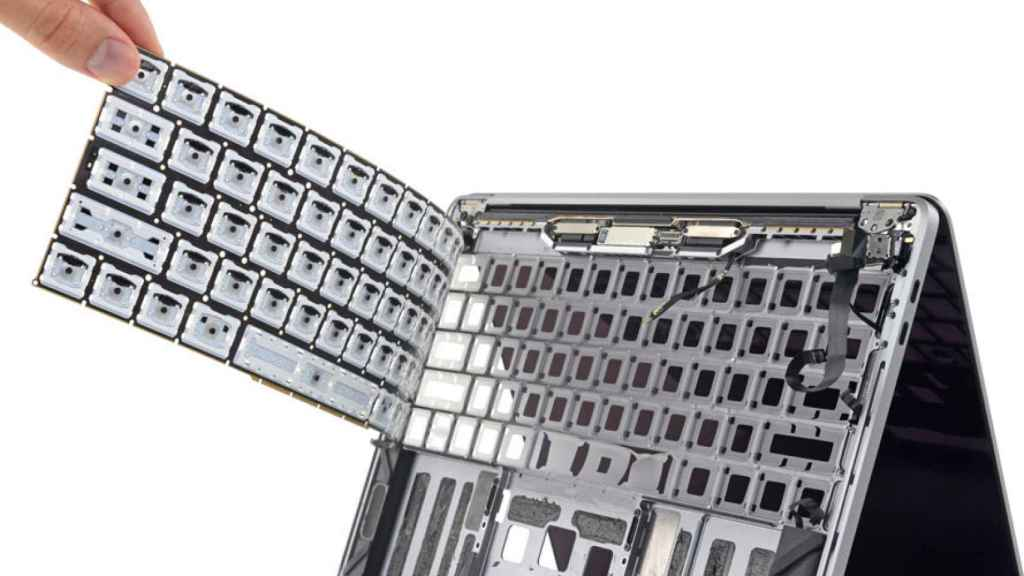 membrana teclado apple macbook pro 2018 polvo y restos de comida