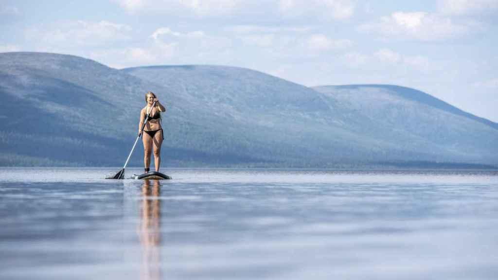 Una joven disfruta del calor en Laponia, Finlandia.