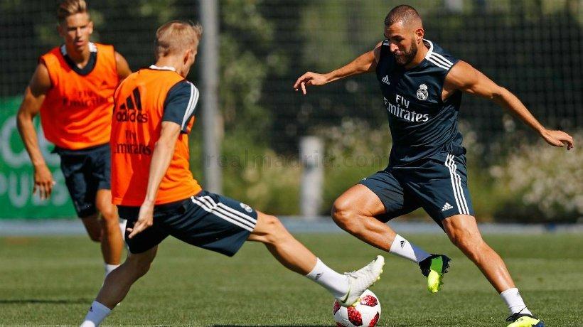Benzema intenta regatear a Odegard en un entrenamiento en Valdebebas