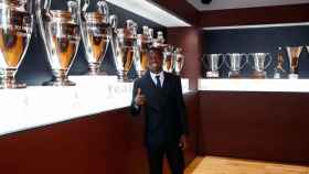 Vinicius en la sala de trofeos
