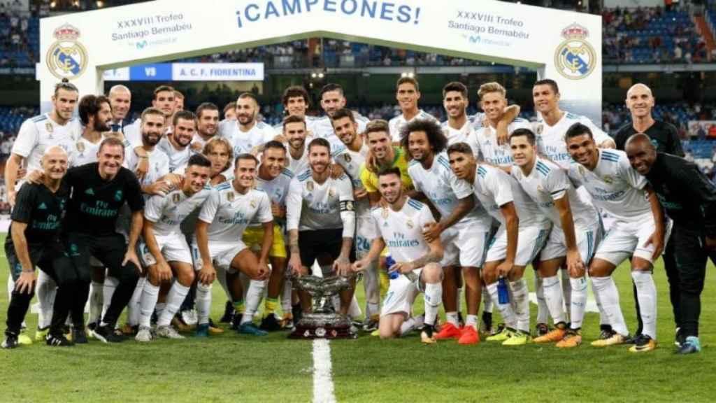 El Madrid posa con el Trofeo Santiago Bernabéu