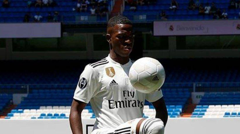 Vinicius tocando el balón