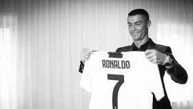 Cristiano Ronaldo mirando la camiseta de la Juventus. Foto: Twitter (@Juventusfc).