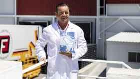 Miguel Ángel Vázquez en su fábrica de hielo de Cebreros, la más grande de Europa