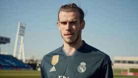 Bale posa con la nueva camiseta del Madrid