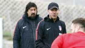 Simeone y el 'Mono' Burgos en un entrenamiento. Foto atleticodemadrid.com