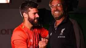 Alisson y Klopp se estrechan las manos. Foto: liverpoolfc.com