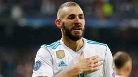 Benzema se toca el escudo del Real Madrid para celebrar un gol
