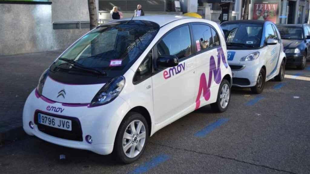 Vehículos de Car2go y Emov estacionados en las calles de Madrid.