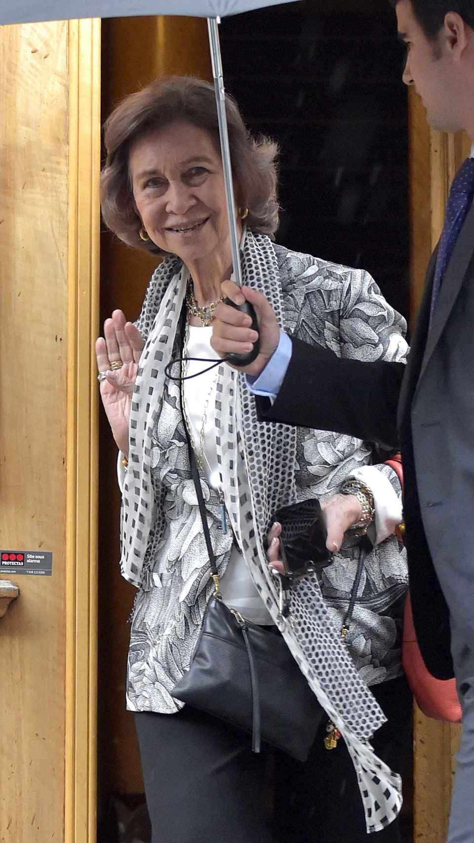 Sofía saliendo de la casa de su hija en Ginebra.